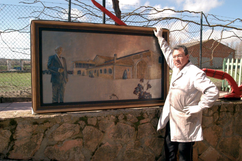 Guillermo con una obra hecha por encargo del bodeguero Felix Callejo.