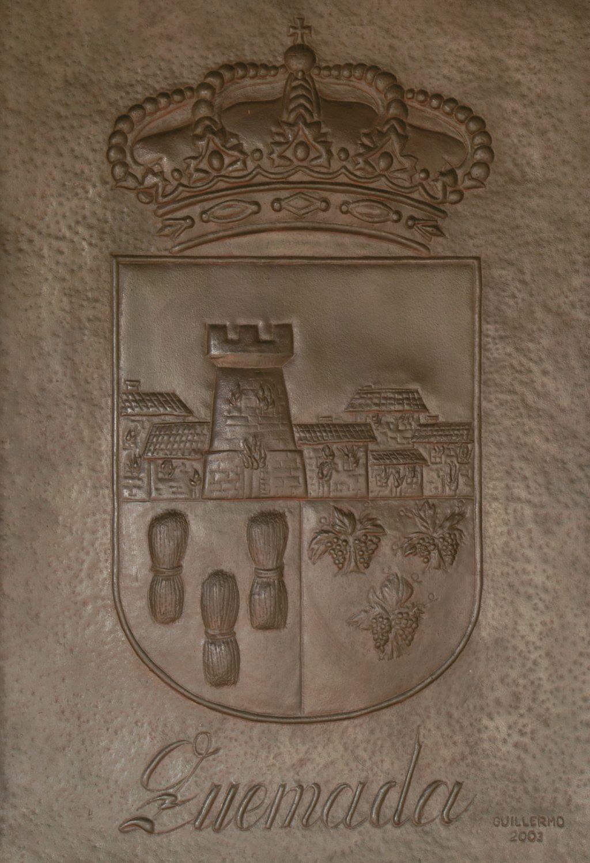 Escudo del pueblo de Quemada. Copia en resina de poliéster de un original en hierro.