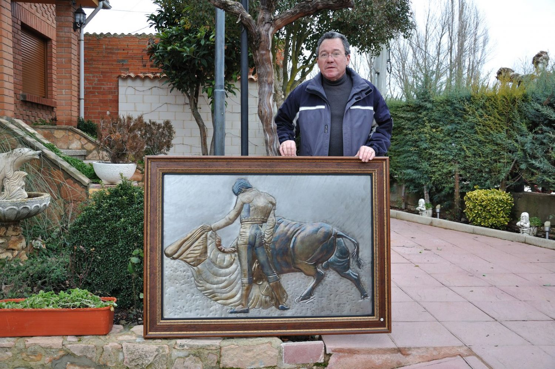 Guillermo en su casa de Quemada con una de sus obras.